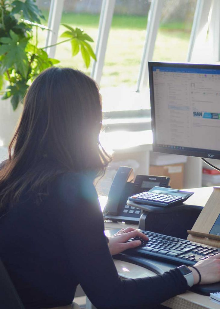 Lady-at-desk-on-computer